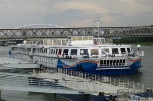 Das Schiff ist mit 22,85 m doppelt so breit, wie die üblichen Flussschiffe und 120,44 m lang. Es bietet Platz für 206 Passagiere und 50 Crewmitgliedern. Außerdem hat die MS Mozart eine Besonderheit: Es gibt eine eigene Dialysestation mit 8 HD-Dialyseplätzen